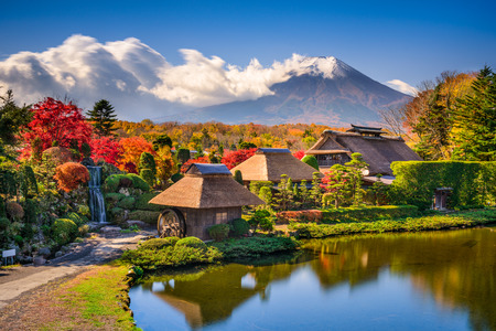 Oshino, Japan historic thatch houses with Mt. Fuji in the background. Stockfoto