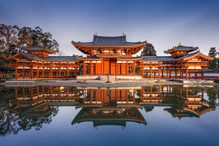 Uji, Kyoto, Japonia na Byodo-In w Phoenix hali.