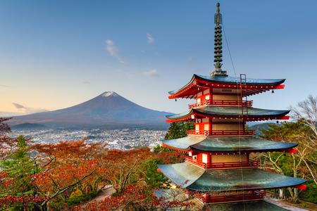 Mt. Fuji, Japan vanaf Chureito Pagoda. Redactioneel