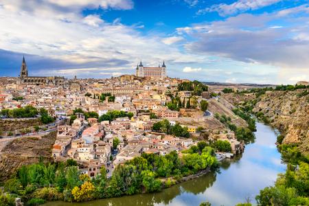 トレド、スペインの古い町の街のスカイライン。