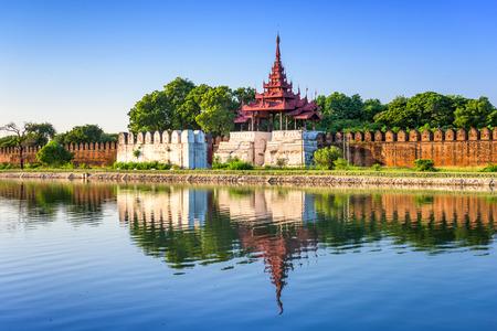 宮殿の壁と堀でマンダレー、ミャンマー。
