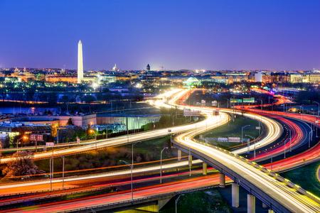 Washington, DC skyline con autostrade e monumenti.