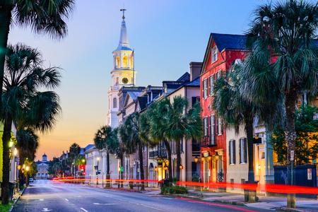 america del sur: Charleston, Carolina del Sur, EE.UU. paisaje urbano en el histórico barrio francés en el crepúsculo.