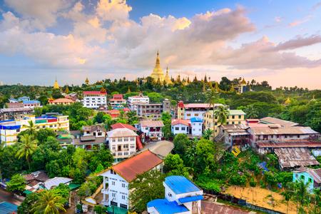ミャンマー ・ ヤンゴンの街のスカイライン。
