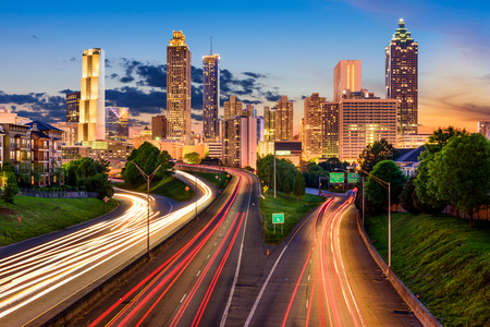 자유 웨이를 통해 애틀랜타, 조지아, 미국 시내 도시의 스카이 라인. 스톡 콘텐츠