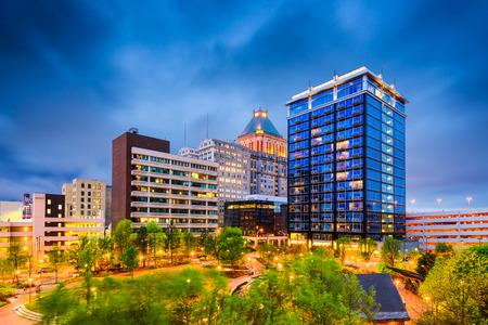 Greensboro, North Carolina, USA Innenstadt Stadtpark und Skyline.