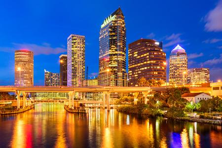 ヒルズバラ川のタンパ、フロリダ、米国のダウンタウンのスカイライン。 写真素材
