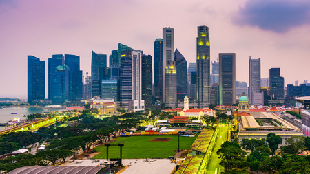 Singapore Financial District skyline at dusk. Imagens