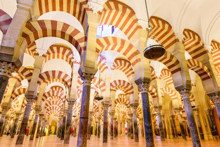 CORDOBA, SPANJE - 10 november 2014: Hypostyle Zaal in de Mezquita. De structuur wordt beschouwd als een van de meest talentvolle monumenten van Moorse architectuur.