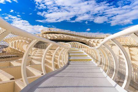 SEVILLA, SPANJE - 7 oktober 2014: Het Metropol Parasol loopbrug. Gelegen in de oude wijk, de structuur opengesteld voor publiek controversey in 2011.