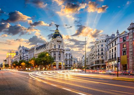 Madrid, Spanje stadsgezicht in de Calle de Alcalá en Gran Via. Stockfoto