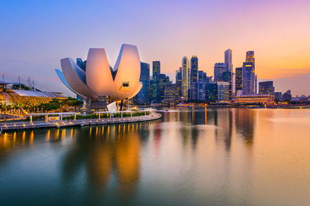 landschap: skyline van Singapore bij de jachthaven tijdens de schemering.