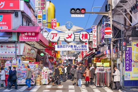 TOKYO, JAPAN - 24 GRUDZIEŃ 2015: Tłumy w dzielnicy handlowej Ameyoko w Tokio. Ulica była miejscem czarnego rynku w latach po drugiej wojnie światowej.
