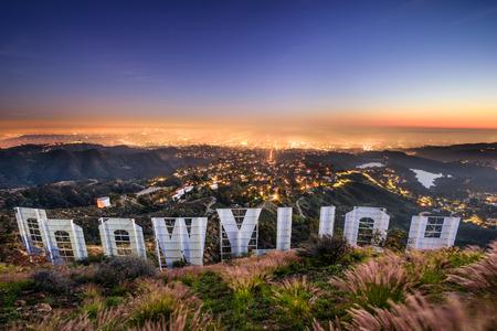 ロサンゼルス、カリフォルニア - 2016 年 2 月 29 日:、ハリウッドは見下ろすロサンゼルスを署名します。象徴的なサインは、1923 年に作られました。