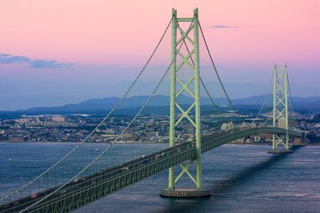 ponte giapponese: Akashi Kaikyo il ponte che attraversa il Mare Interno di Seto da Kobe, in Giappone. Archivio Fotografico