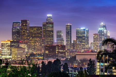 anochecer: Los Ángeles, California, EE.UU. horizonte centro.