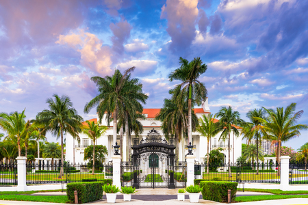 WEST PALM BEACH, FLORIDA - 4 april 2016: The Flagler Museum exterieur en gronden. Het Beaux-Arts herenhuis werd gebouwd voor de derde vrouw van Henry Flagler's. Redactioneel