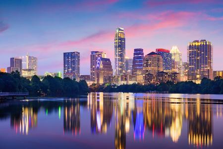 Austin, Texas, EE.UU. horizonte de la ciudad en el río Colorado.