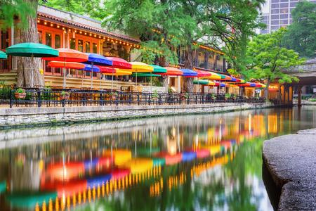 川岸の遊歩道沿いに街並みをサン ・ アントニオ、テキサス、米国。 写真素材