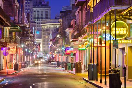 早朝にニユー ・ オーリンズ、ルイジアナ - 2016 年 5 月 10 日: バーボン ・ ストリート。有名なナイトライフの目的地は、フレンチ ・ クオーターの中
