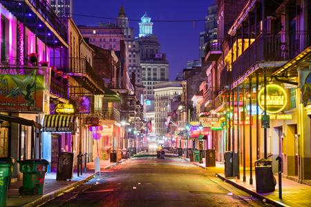 New Orleans, Louisiana - 10 mei 2016: Bourbon Street in de vroege ochtend. De bekendheid nachtleven bestemming in het hart van de Franse wijk.