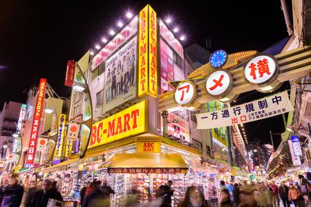 Tokyo, Japan - 28 december 2015: De menigten bij Ameyoko winkelstraten van Tokio. De straat was de plaats van een zwarte markt in de jaren na de Tweede Wereldoorlog.