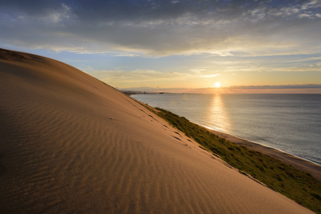 일본 바다에 따라서 일본 돗토리의 모래 언덕. 스톡 콘텐츠