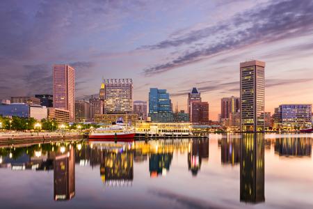Baltimore, Maryland, EE.UU. horizonte en el puerto interior.