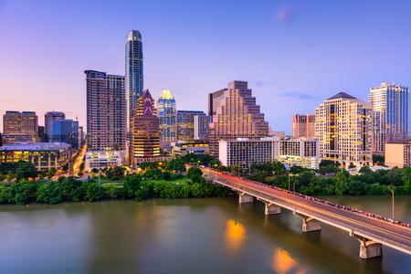 オースティン、テキサス、米国コロラド川のダウンタウンのスカイライン。