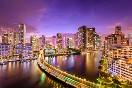 米国、フロリダ州マイアミ夜ダウンタウンのスカイライン。