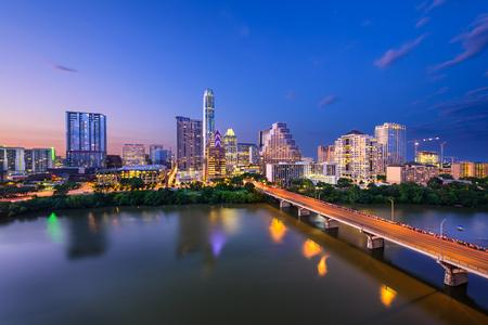 오스틴, 텍사스, 미국 콜로라도 강 이상의 시내 스카이 라인.