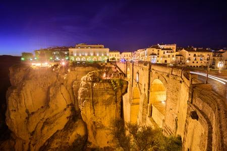 Ronda, Spanje in de Puente Nuevo Bridge 's nachts. Stockfoto