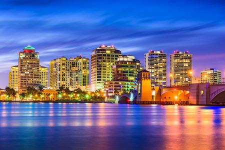 ウェストパームビーチ、フロリダ州、アメリカ合衆国沿岸内水路のスカイライン.