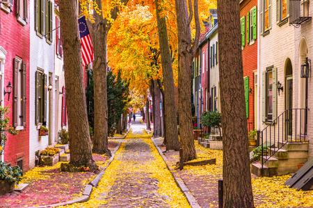 Filadelfia, Pennsylvania, EE.UU. callejón en el otoño.