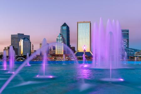 잭슨빌, 플로리다, 미국 도시의 스카이 라인 분수에.
