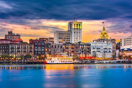 Savannah, Georgia, USA skyline na Savannah River o zmierzchu.
