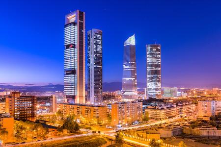 Madrid, Spanien Finanzdistrikt Skyline in der Dämmerung.