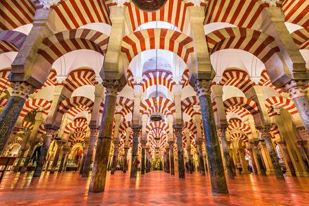 CORDOBA, SPANJE - 10 november 2014: Hypostyle Zaal in de Mezquita. De site heeft een rijke religieuze geschiedenis en is momenteel een actieve kathedraal Redactioneel