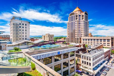 ROANOKE, VIRGINIA - 19 de junio de 2016: El horizonte del centro de Roanoke desde el Centro en la Plaza, un complejo cultural y artístico.