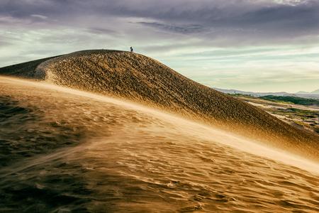 Zandduinen in Tottori, Japan langs de Zee van Japan.