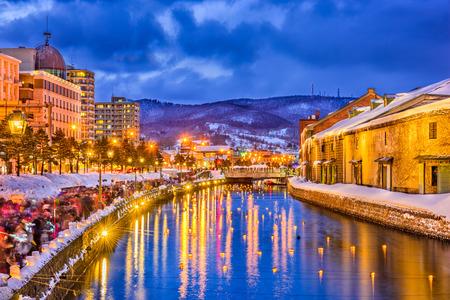 小樽市冬のイルミネーションの中に歴史的な運河。