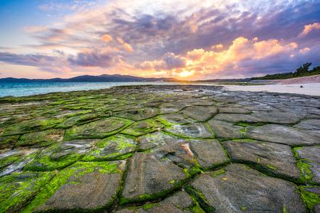 久米島、沖縄、畳石のビーチで。