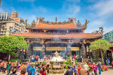 TAIPEI, TAIWAN - MARCH 18, 2017: Crowds at Lungshan Temple of Manka. The landmark temple dates from 1738. Редакционное