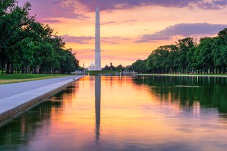 ワシントン記念塔と Washingon DC、米国で、リフレクティング ・ プールからの国会議事堂の建物。