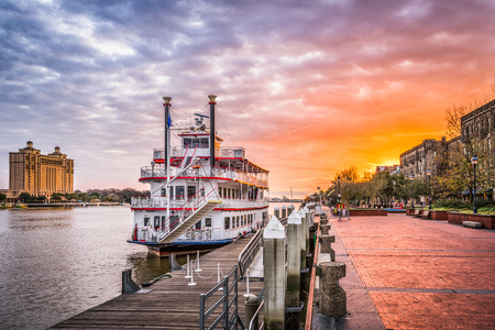 Savannah, Georgia, USA riverfront promenade at sunrise. Imagens