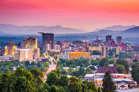 Asheville, Carolina del Norte, Estados Unidos en el crepúsculo.