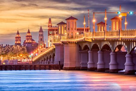 ライオン橋でセントオーガスティン、フロリダ州、アメリカ合衆国のスカイライン。