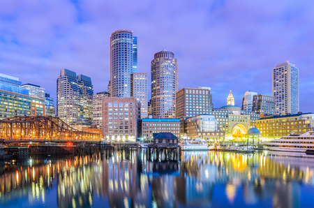 De stadshorizon van Boston, Massachusetts, de VS bij de haven.