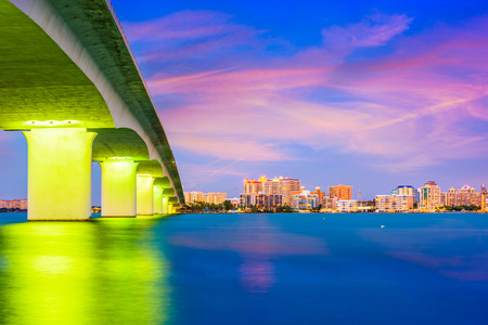 Sarasota, Florida, USA skyline under the bridge. 免版税图像