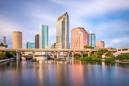 Tampa, Florida, EE.UU. horizonte del centro en el río Hillsborough. Foto de archivo